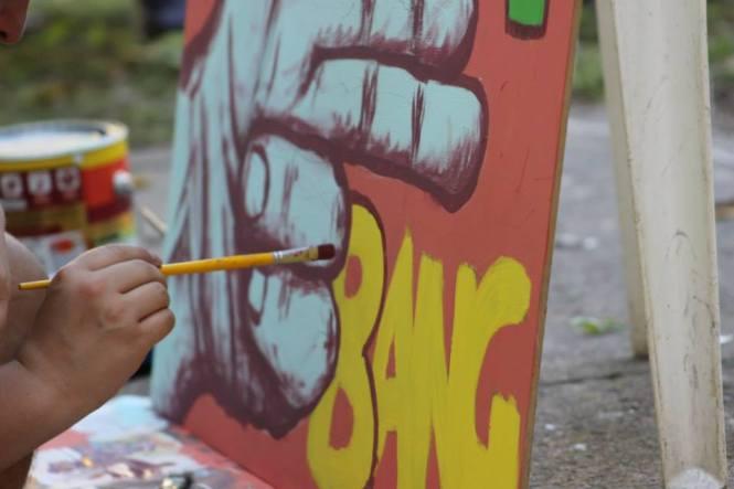 O artista Diego Ferrer pintando no local.
