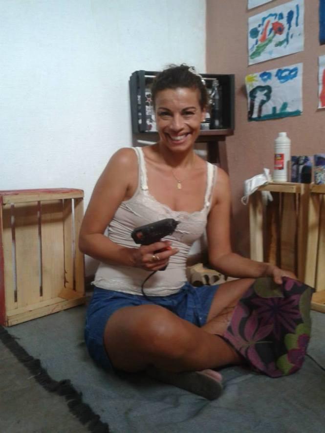 Oficina de customização de caixas de frutas com Tina Tigre.